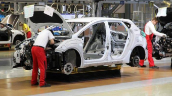 The failing automobile industry is pushing the global economy toward a global recession