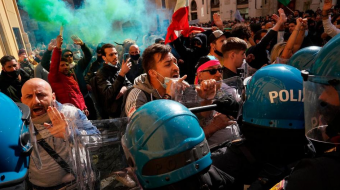 Restaurant owners clash with police in Rome COVID-19 lockdown protest